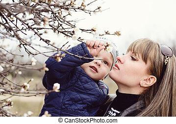 跟孩子一起的女人, 在, 春天