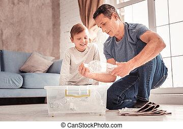 身に着けていること, について, 彼の, 父, 現代, ジーンズ, 息子, 言うこと, プラスチック