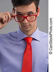 身に着けていること, ネクタイ, 取り去る, 若い, ガラス, 灰色, バックグラウンド。, 人, 人, 赤, ハンサム