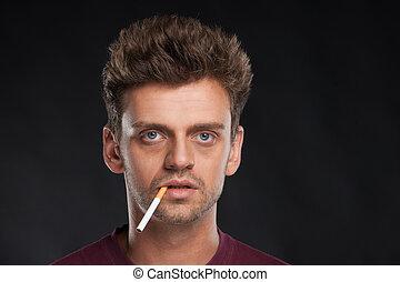 身に着けていること, ブラウン, tシャツ, タバコ, 若い, 毛, バックグラウンド。, 黒, 喫煙, 人, 赤, ハンサム
