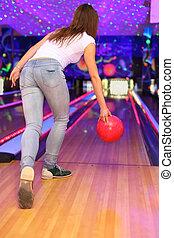 身に着けていること, ボール, クラブ, 白, ジーンズ, tシャツ, ボウリング, 作成, 女の子, 回転, 投球, 赤