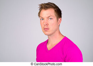 身に着けていること, ワイシャツ, 紫色, 若い, に対して, 顔, 背景, 白, ハンサム, 人