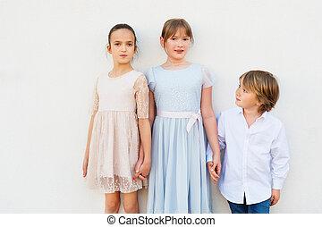身に着けていること, 地位, グループ, 女の子, 衣服, 3, 男の子, 1(人・つ), 2, に対して, 背景, パーティー, 白, 子供