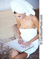 身に着けていること, 女, タオル, ラップトップ, 浴室, コンピュータ, 使うこと