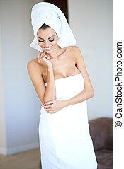 身に着けていること, 女, タオル, 浴室, 微笑, 白