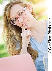 身に着けていること, 女, 彼女, 若い, laptop., 成人, 屋外で, 使うこと, ガラス