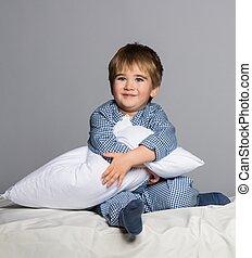 身に着けていること, 男の子, わずかしか, 青, ベッド, 遊び好きである, パジャマ