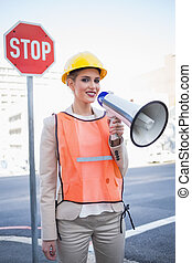 身に着けていること, 都市, 女性実業家, 叫ぶこと, 背景, 屋外で, 微笑, メガホン, 建築者, 衣服
