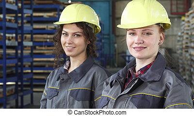 身に着けていること, hardhats, 保護である, カメラ, 女性, 微笑, エンジニア