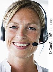 身に着けているヘッドホーン, 微笑, オフィス, 女性実業家