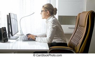 身に着けている 接眼レンズ, オフィス, 女性実業家, 若い, 肖像画