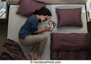 躺, 妇女, 年轻, 床, 哀悼