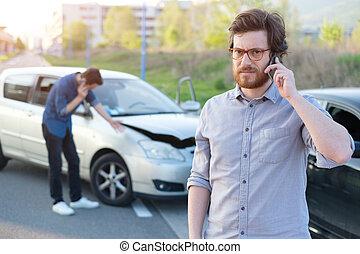 車 衝突, 呼出し, 道, 男性, 深刻, 援助, 最初に, 後で