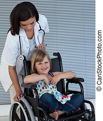 輪椅, 推, 女性 醫生