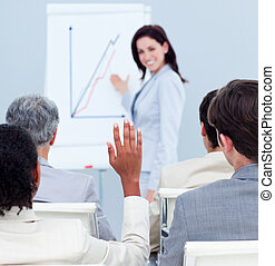 輻射, 從事工商業的女性, 微笑, 在, the, 照像機, 在, a, 會議, 由于, 她, 同事