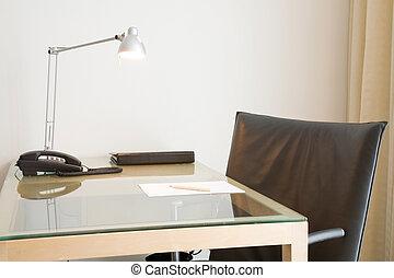 辦公室書桌和椅子