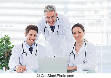 辦公室, 工作, 膝上型, 醫生, 一起, 看, 他們, 照像機, 隊, 醫學