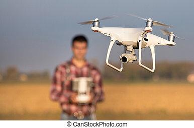 農夫, の上, 農地, 無人機, 操縦する