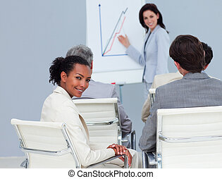 迷人, 從事工商業的女性, 微笑, 在, the, 照像機, 在, a, 會議