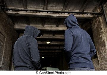 迷戀者, 人, 或者, 罪犯, 在, hoodies, 上, 街道