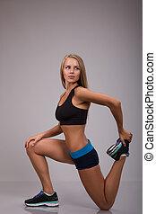 适合, 婦女伸展, 她, 腿, 到, 變暖向上, 在上方, 灰色, 背景