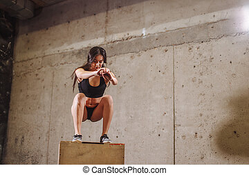 适合, 婦女, 做, a, 箱子, 跳躍, exercise., 肌肉, 婦女, 做, a, 箱子, 蹲, 在, 體操
