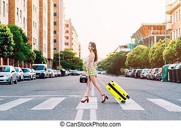 通り, スーツケース, 黄色, 横切って, 女, 若い