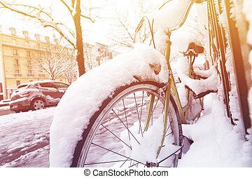 通り, パリ, 雪, 自転車, 駐車される, 下に, 前方へ