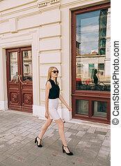 通り, 歩くこと, 美しい女性, 若い