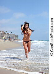遊び好きである, アジア人, 動くこと, 若い, ビキニ, 浜, 女