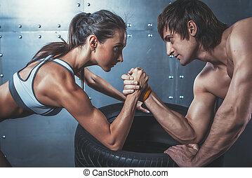 運動員, 肌肉, 運動員, 人和婦女, 由于, 手 扣住, 手臂摔跤, 挑戰, 在之間, a, 年輕夫婦,...