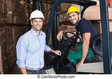 運転手, マネージャー, フォークリフト, 微笑, カメラ, 倉庫