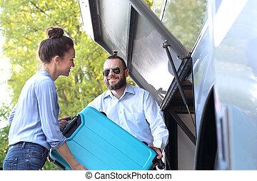 ∥, 運転手, 助け, ∥, 乗客, 置かれた, ∥, スーツケース, 中に, ∥, trunk.