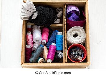 道具, 古い, 背景, 糸, 木製である, 型, 裁縫, kit., 付属品, 針, はさみ, 白, ボビン