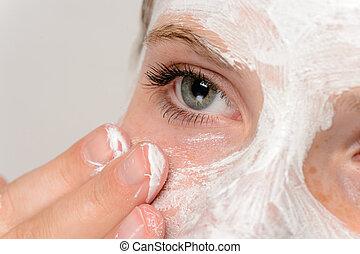 適用, マスク, 若い, 指, 女の子, 顔, moisturizer