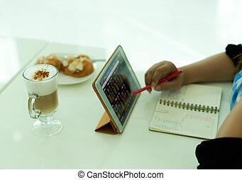 選擇, 集中, 婦女, 使用計算机, 片劑, 由于, 咖啡, latte