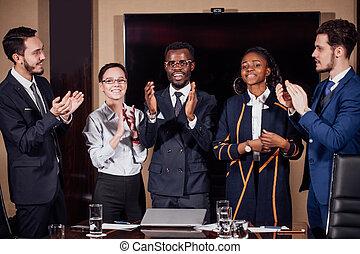 部屋, ビジネス, 拍手喝采する, 多人種である, チームのミーティング