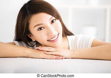 部屋, 暮らし, 女性の 微笑, リラックスした, 若い