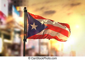 都市, に対して, ぼんやりさせられた, rico, 旗, 日の出, 背景, puerto, バックライト