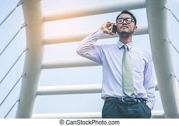 都市, スーツ, smartphone, ビジネスマン, 使うこと