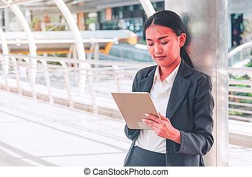 都市, スーツ, smartphone, 使うこと, 女性実業家