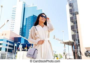 都市, 女, 若い, 通り, 幸せに微笑する