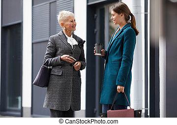 都市, 2人の女性たち, ミーティング