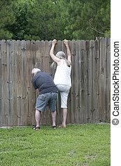 鄰居, 偷看, 什麼, 柵欄, 她, 在上方, 向上, 看見, 幫助, to!, 丈夫