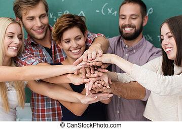 配合, 以及, 合作, 在中間, 學生