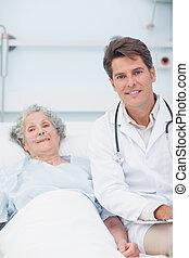 醫生和病人, 在床上, 看  照相機