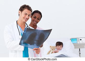 醫生和護士, 檢查, an, x光, 在, a, bedroom\'s, 孩子