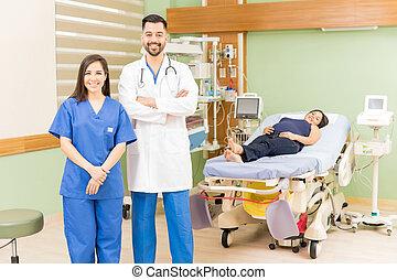 醫生和護士, 由于, a, 怀孕, 病人