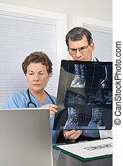 醫生和護士, 閱讀, 脊髓, mri 掃描, 在, the, 電腦