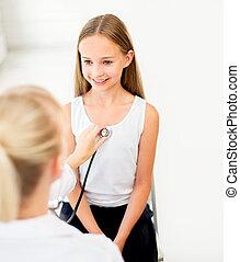 醫生有听診器, 以及, 女孩, 在, 醫院